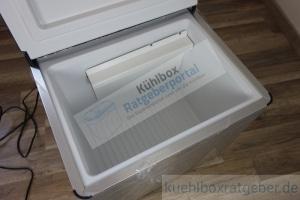 Absorber Kühlbox im Test steht geöffnet auf dem Boden