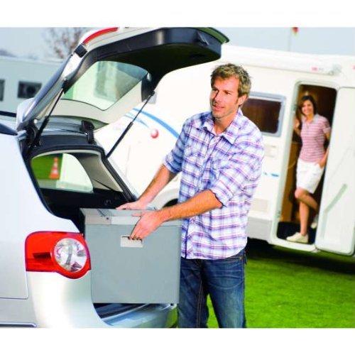 Kühlbox wird ins Auto verladen