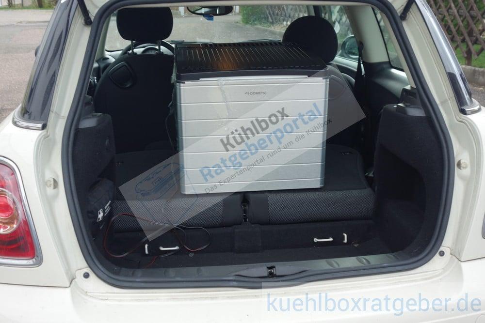 Dometic Combicool RC2200 EGP in einem Kleinstwagen mit umgeklappter Rücksitzbank
